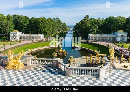 Dans la grande cascade de la canal de la mer, des jardins du palais de Peterhof, Saint Petersburg, Russie.