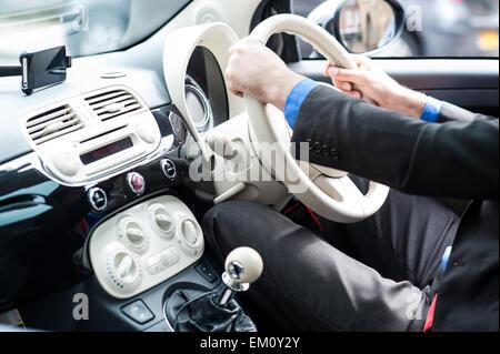 L'homme au volant de sa nouvelle voiture de luxe Banque D'Images