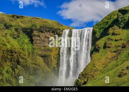 Cascade de Skogafoss en Islande sur une journée ensoleillée Banque D'Images