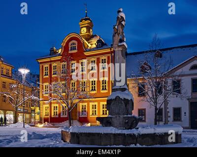 Hôtel de ville avec la Fontaine Weaponsmith à Suhl, Thuringe, Allemagne Banque D'Images
