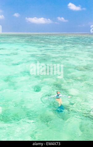 Femme en apnée dans la mer bleu turquoise. Banque D'Images