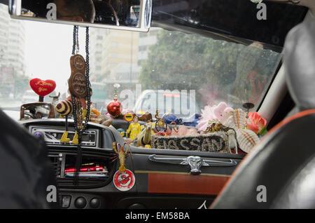 Maroc, Casablanca, Taxi avec sa planche de bord rempli de bibelots divers Banque D'Images