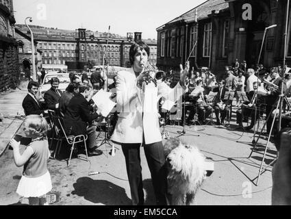 Le Beatles Paul McCartney à l'usine de ville de Saltaire pour enregistrer de la musique qu'il avait écrit avec le Banque D'Images