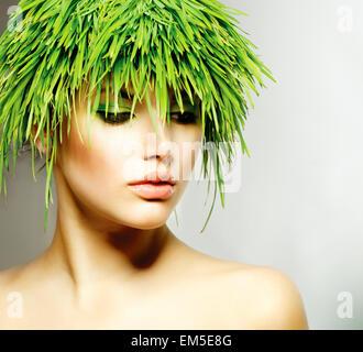 Beauté - Printemps Femme aux cheveux d'herbe verte fraîche Banque D'Images