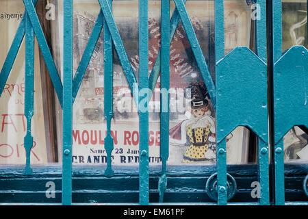 Vieux Moulin Rouge poster derrière une vitre et volets Montmartre Paris France Europe Banque D'Images