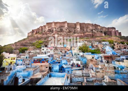 La ville bleue et le fort de Mehrangarh sur la colline, au Ciel de coucher du soleil à Jodhpur, Rajasthan, India