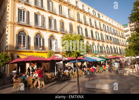 Les gens assis dehors cafés populaires sur un après-midi ensoleillé sur la Plaza de la Merced, Malaga, Espagne Banque D'Images