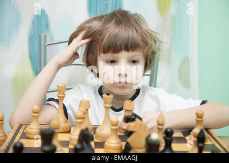 Portrait d'un petit garçon jouant aux échecs