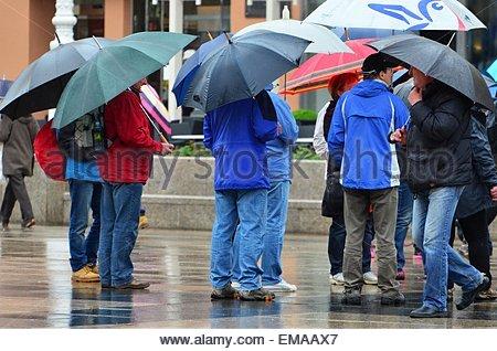 Zagreb, Croatie. 18 avril, 2015. Météo Croatie: jour de pluie dans la ville. Credit: Alen Gurovic/Alamy Live News Banque D'Images