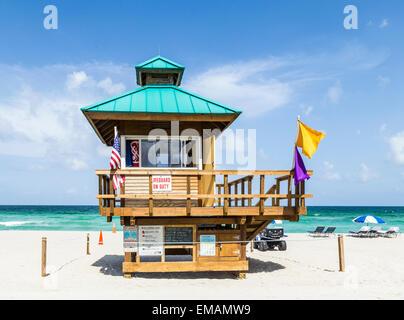 Bay watch abris en bois dans un style Art déco à la plage Banque D'Images