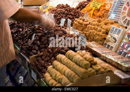Montrant des sucreries turques, les fruits séchés et les noix dans un décrochage dans le marché aux épices d'istanbul Banque D'Images