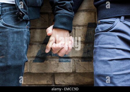 La Chine, Hong Kong, close-up of gay couple holding hands Banque D'Images