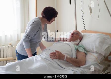 Senior woman prendre soin de mari à l'hôpital récupérer après la chirurgie Banque D'Images