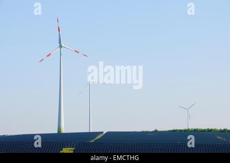Germany, Bavaria, panneaux solaires et éoliennes Banque D'Images