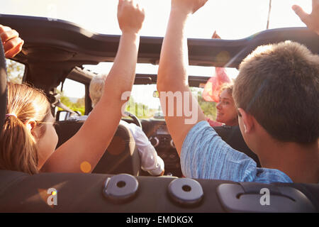 Les grands-parents de prendre leurs petits-enfants sur le voyage en voiture à Toit Ouvert Banque D'Images