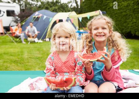 Bénéficiant d'enfants tout en pique-nique sur la famille vacances de camping Banque D'Images