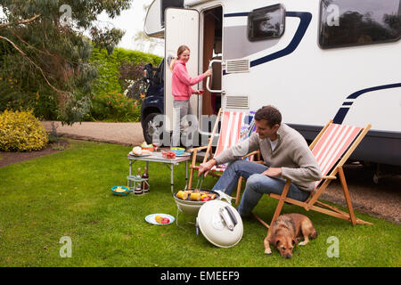 Couple dans Van Enjoying Barbeque sur Camping Holiday Banque D'Images