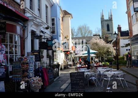 Une vue vers le bas, rue Church à Windsor. la rue, il y a beaucoup d'intéressantes boutiques et cafés. Banque D'Images