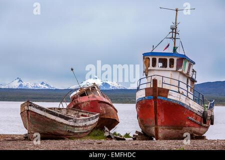 Vieux bateaux de pêche abandonnés près de Puerto Montt en Patagonie, dans le sud du Chili, en Amérique du Sud. Banque D'Images