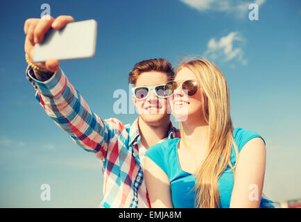 Smiling young couple outdoors Banque D'Images