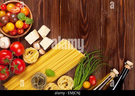 Ingrédients de cuisine italienne. Les pâtes, les tomates, le basilic. Top View with copy space Banque D'Images