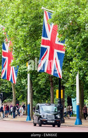 Taxi britannique sur le Mall, Londres, Angleterre, Royaume-Uni Banque D'Images