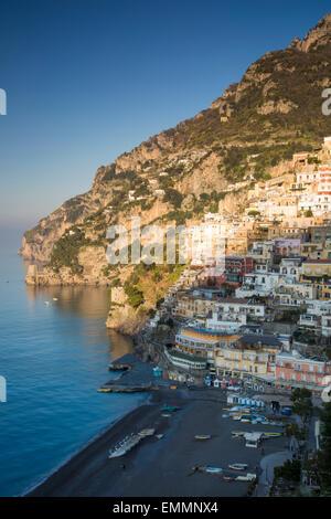 Tôt le matin, la lumière du soleil sur les montagnes au-dessus de Positano sur la côte amalfitaine, Campanie, Italie Banque D'Images