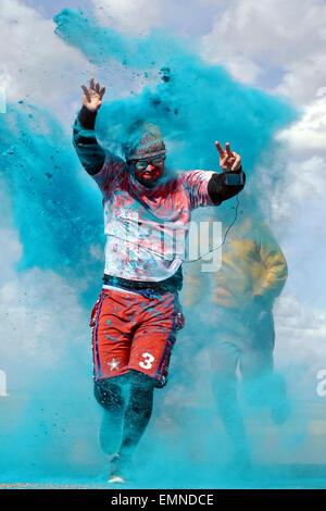 Porteur portant des costumes ridicules mélanger la poudre de couleur dans l'air à la fin de l'explosion de Couleur Banque D'Images