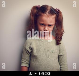 En colère angry girl looking avec émotion face. Closeup portrait Banque D'Images