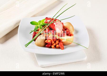 Le maïs et les haricots rouges en sauce tomate avec de la saucisse et les pommes de terre Banque D'Images