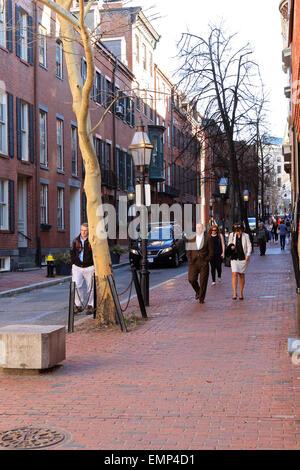 Boston Massachusetts Beacon Hill trottoir en brique avec des piétons.