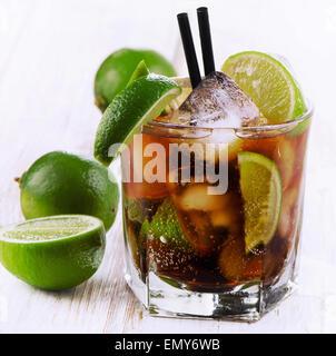 Cocktail avec limes sur une table en bois. Selective focus Banque D'Images