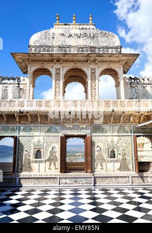 City Palace Museum avec étage d'échecs surréaliste à Udaipur, Rajasthan, Inde Banque D'Images