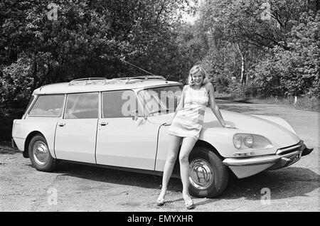mod le de la diane jan burdette vu ici posant avec une citro n ds voiture qui est un premier. Black Bedroom Furniture Sets. Home Design Ideas