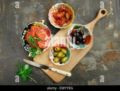 L'antipasto, olives noires et vertes, avec la tomate séchées au soleil, le basilic et le salami Banque D'Images