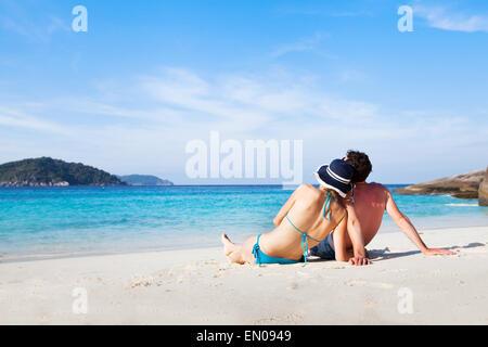 Couple et de détente sur la plage de paradis lors de leur lune de miel Banque D'Images