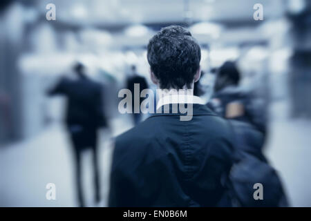 Les gens qui marchent dans la métro, blurred motion, retour de l'homme Banque D'Images