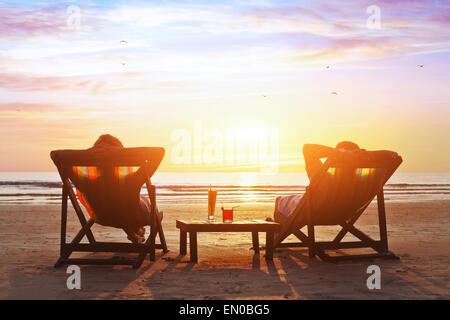 Heureux couple luxe coucher du soleil sur la plage pendant les vacances d'été Banque D'Images