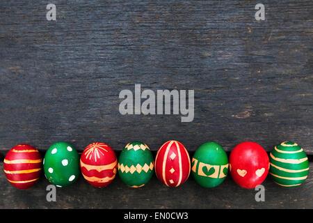 Les oeufs de Pâques sur fond de bois