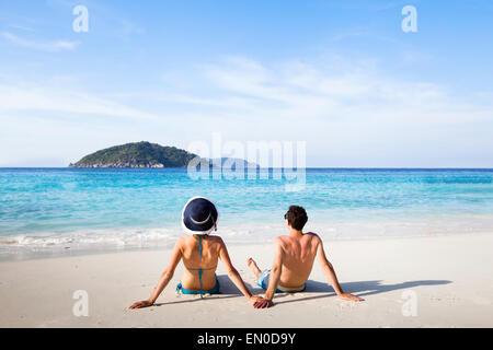 Destination de lune, jeune couple heureux de vous détendre sur la plage Paradise Banque D'Images