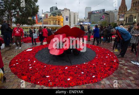 Melbourne, Australie. Apr 25, 2015. Les gens se rassemblent à la place de la Fédération à visiter 250 000 coquelicots tricotés pour marquer le centenaire de l'ANZAC day à Melbourne, Australie, le 25 avril 2015. Des centaines de milliers d'Australiens le samedi a commémoré la Journée de l'ANZAC, le 100e anniversaire de la malheureuse campagne de Gallipoli qui sont venus à définir l'esprit de l'ANZAC. Credit: Bai Xue/Xinhua/Alamy Live News