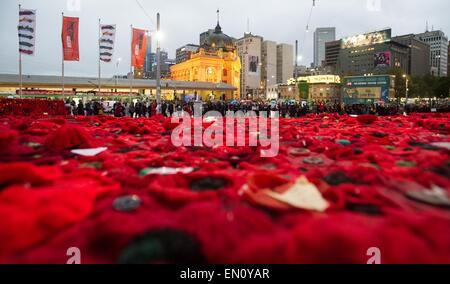 Melbourne, Australie. Apr 25, 2015. Photo prise le 25 avril 2015 salons 250 000 coquelicots tricotés pour marquer le centenaire de l'ANZAC day à Federation Square à Melbourne, Australie. Des centaines de milliers d'Australiens le samedi a commémoré la Journée de l'ANZAC, le 100e anniversaire de la malheureuse campagne de Gallipoli qui sont venus à définir l'esprit de l'ANZAC. Credit: Bai Xue/Xinhua/Alamy Live News