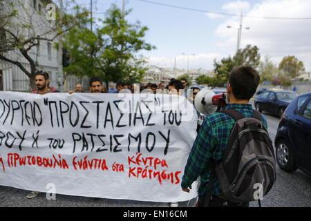 Athènes, Grèce. 25 avril 2015. Des manifestants pro-immigration tenir une bannière qui se lit 'ministère de la 'Protection' Banque D'Images