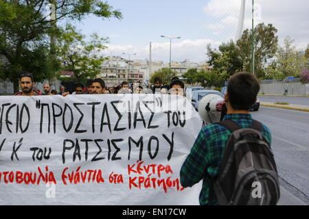 Athènes, Grèce. Apr 25, 2015. Des manifestants pro-immigration tenir une bannière qui se lit 'ministère de la 'Protection' Banque D'Images