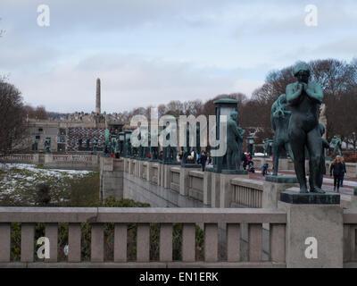 Vue de côté de Gustav Vigeland est l'installation dans le parc Frogner avec les sculptures en bronze et son célèbre monolithe en arrière-plan.