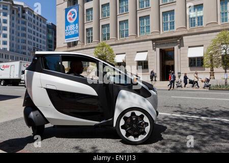 Toyota i-Road concept car (3) EV à roues sur route - Washington, DC USA Banque D'Images