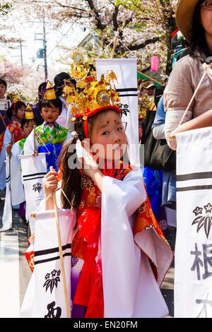 Le Japon, Kawanishi, Tada. Festival de Genji. Petite fille qui marche par Heian en costume princesse, à marcher Banque D'Images