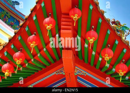 Lanternes rouges et décorations sur le toit Thean Hou Temple chinois, Kuala Lumpur, Malaisie Banque D'Images