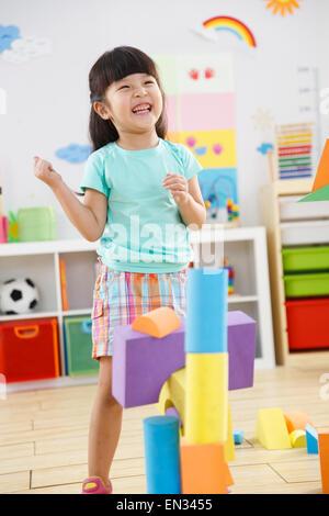 Jardin d'enfants jouant dans la salle de jeux Banque D'Images