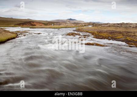 Rivière qui traverse le paysage volcanique en Islande Banque D'Images
